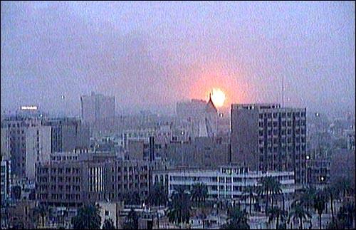 미국이 이라크 공격을 개시한 20일 새벽(현지시간), 바그다드 외곽 부근에서 화염이 치솟고 있다. 미국이 이라크 공격을 개시한 20일 새벽(현지시간), 바그다드 외곽 부근에서 화염이 치솟고 있다.